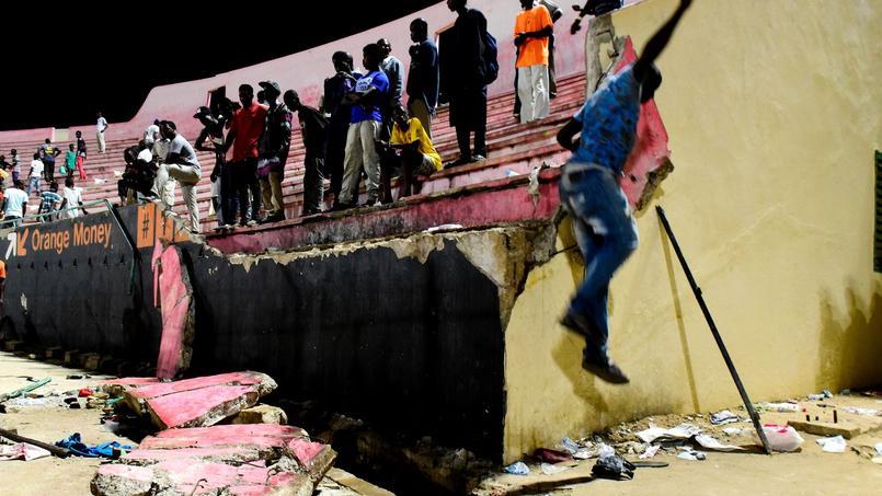 Une partie du mur soutenant lles gradins s'est écroulée, provoquant un mouvement de foule