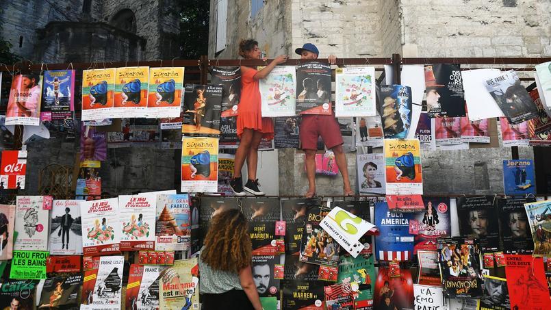 À Avignon, les vives paroles entre les artistes et leurs tutelles à l'annonce d'une baisse du budget de la culture.