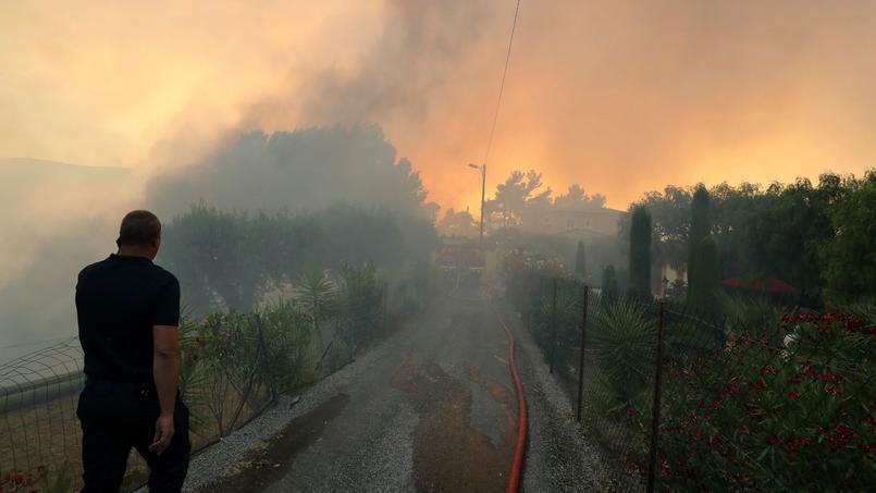 Les pompiers luttent toujours contre les flammes près de Nice