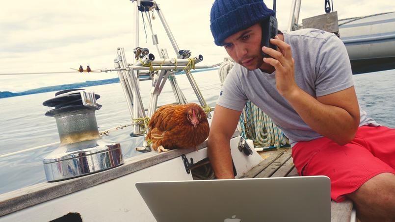 Sur son voilier, Guirec Soudée et sa poule Monique sont inséparables.