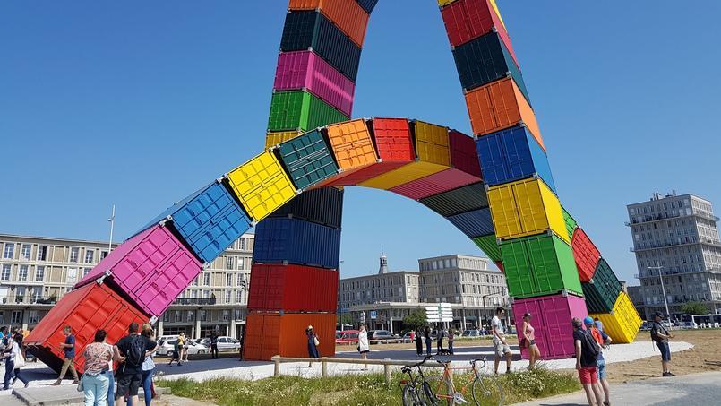 Catène de containers, installation de Vincent Ganivet au Havre.