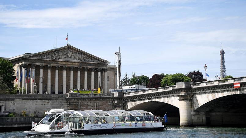 Une péniche, sur la Seine.