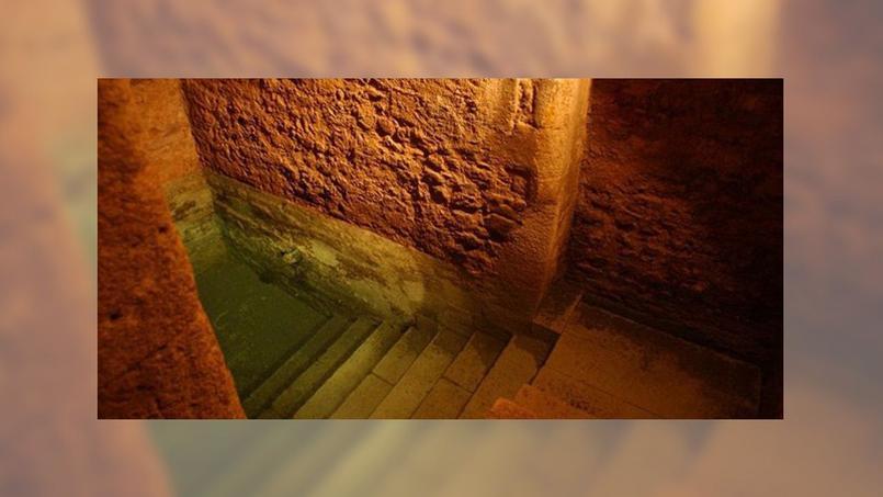 Le bassin du XIIIe siècle est construit à même la roche. L'eau claire est filtrée par le grès.