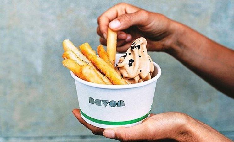 Le Devon Café, situé à Sydney en Australie, propose de la glace avec des frites.