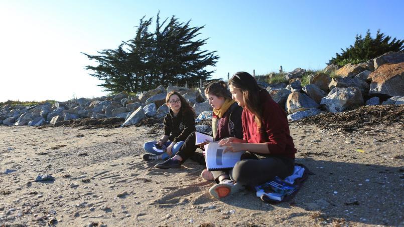 Les Français pourront feuilleter le cahier d'été En marche sur la plage.