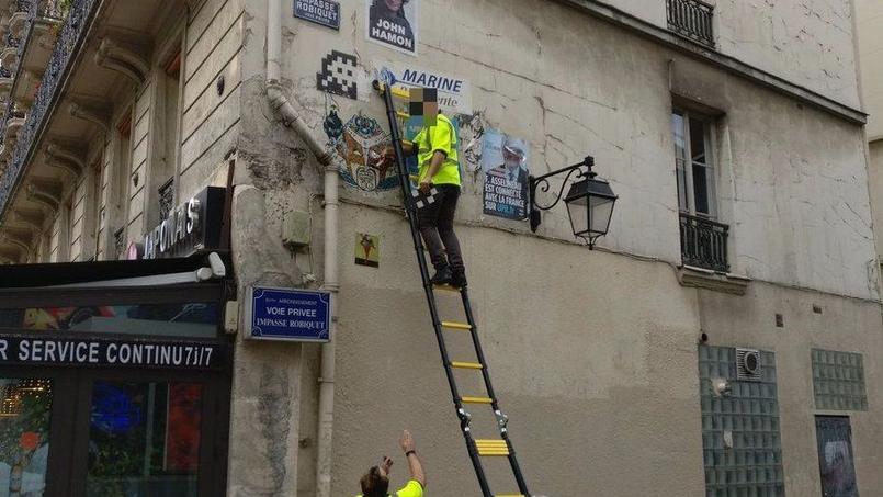 Déguisés en agents de la mairie, ils arrachent des œuvres d'Invader — Paris