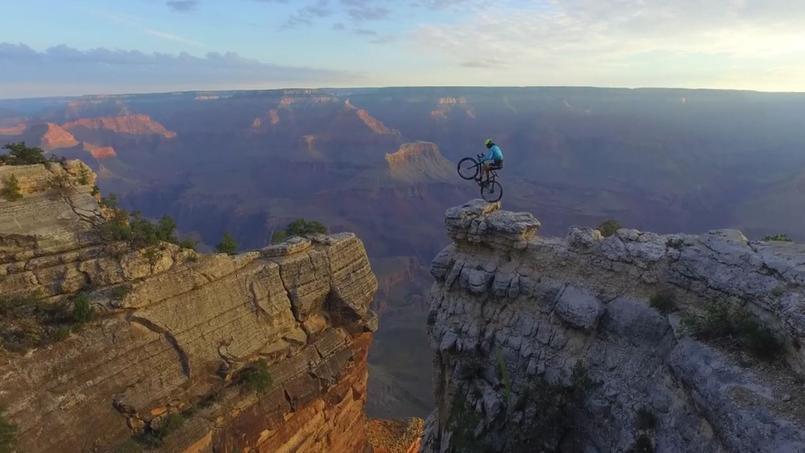 Vittorio Brumotti joue les équilibristes tout au long des falaises du Grand Canyon.