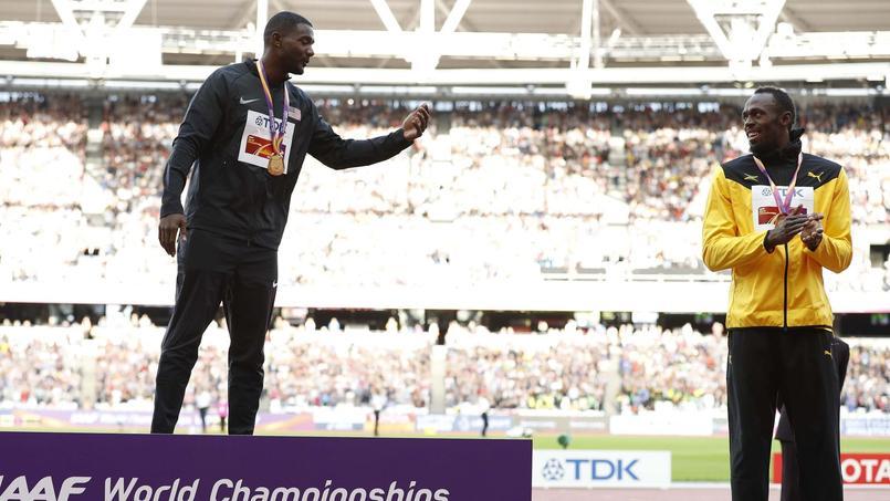 Justin Gatlin salue Usain Bolt sur le podium des Mondiaux d'athlétisme, dimanche.
