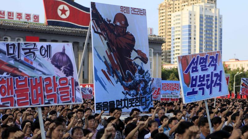 Sur ces images fournies par l'agence nord-coréenne KCNA, des milliers de Nord-Coréens réunis à Pyongyang manifestent pour soutenir leur régime. Les panneaux relaient des messages belliqueux à l'égard des adversaires du «royaume ermite».
