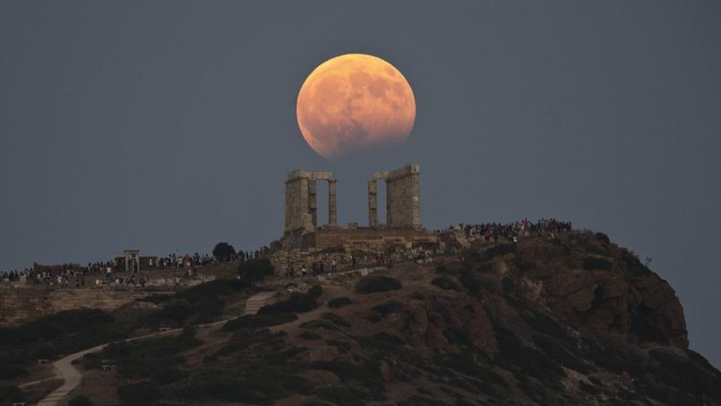 En Grèce, au-dessus du temple de Poséidon, la Lune avait pris une teinte rousse lors de l'éclipse partielle.