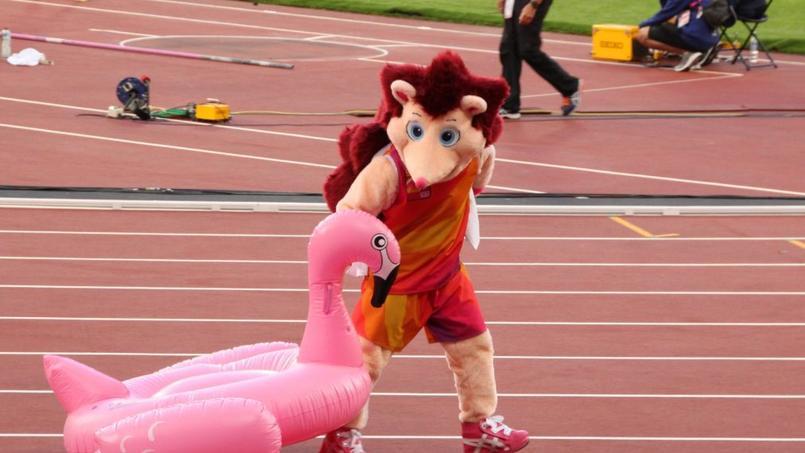 La mascotte dans l'un de ses numéros qui a provoqué les rires du public et des athlètes.