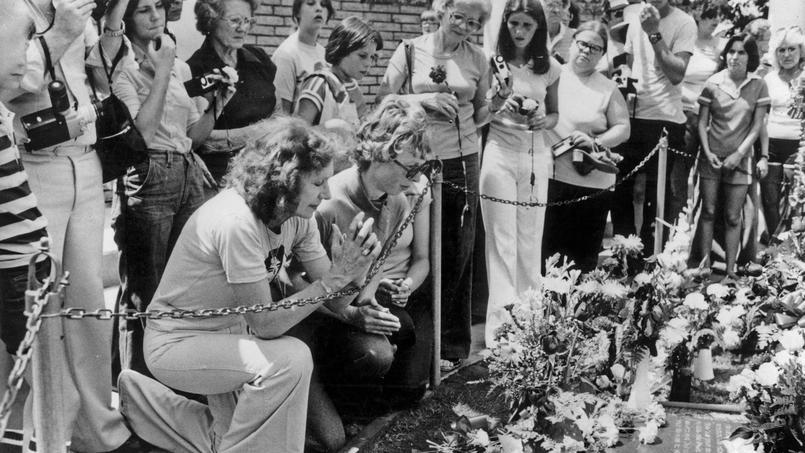Les fans sur la tombe d'Elvis Presley pour le premier anniversaire de sa mort, le 18 août 1978.