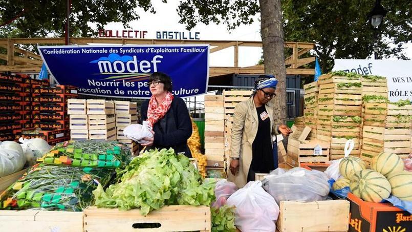 Les producteurs français vendent leurs produits au «juste prix», place de la Bastille à Paris.