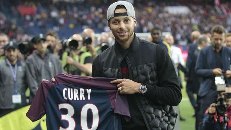 Stephen Curry pose avec le maillot du Paris SG au Parc des Princes avant PSG - Saint-Etienne