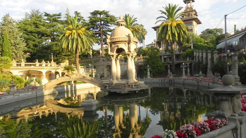 Le grand bassin central de la villa Grock et son petit kiosque.