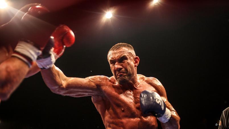 Un champion du monde de kick-boxing sauve un chauffard du lynchage