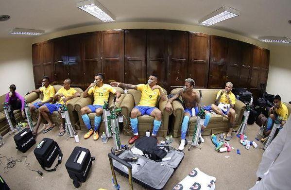 Les joueurs brésiliens récupèrent dans le vestiaire à l'aide de masques à oxygène.
