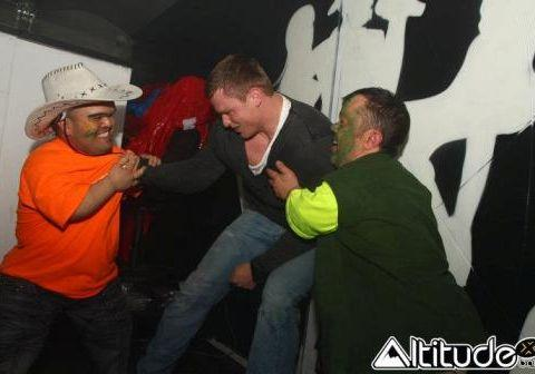 Chris Ashton, fortement alcoolisé, lors de la fameuse soirée où, avec quelqus uns de ses partenaires, ils ont lancé des nains...