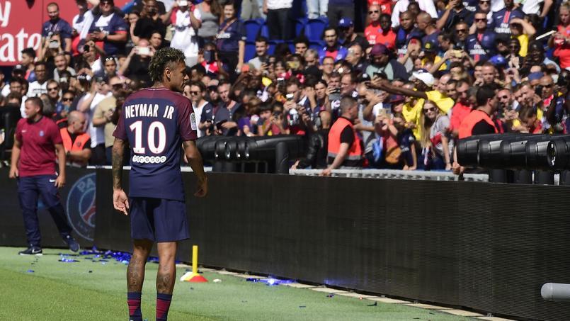 Neymar lors de sa présentation au Parc des Princes.