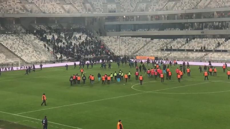 Bordeaux-Marseille : les supporters des deux camps envahissent le terrain pour en découdre