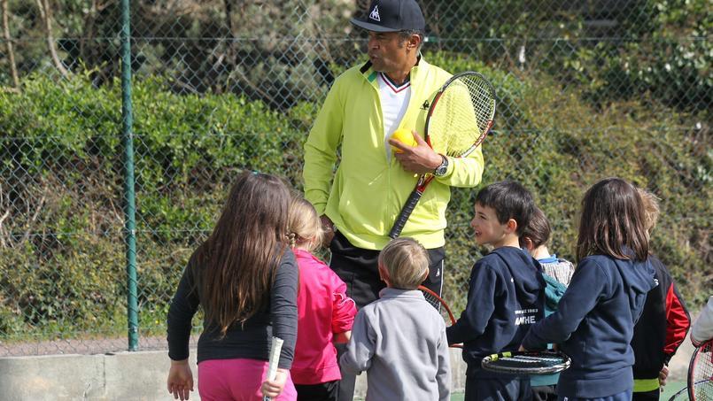 Yannick Noah entouré entouré d'enfants au tennis club de Jarnac.