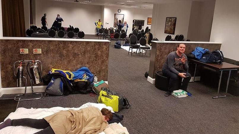Des membres de la Yellow Army ont passé la nuit dans la salle de réunion de leur hôtel.