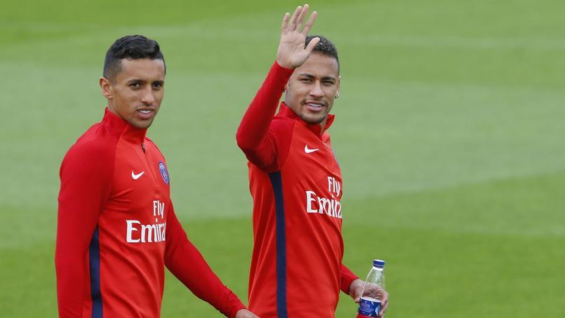 Marquinhos, à gauche, à côté de son coéquipier et ami Neymar, tous deux passionnés de gaming