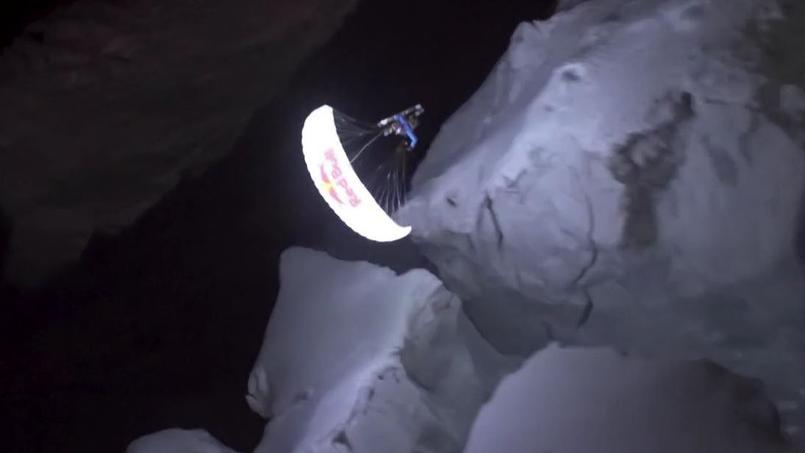 Le survol acrobatique d'un glacier en pleine nuit par un parapente lumineux