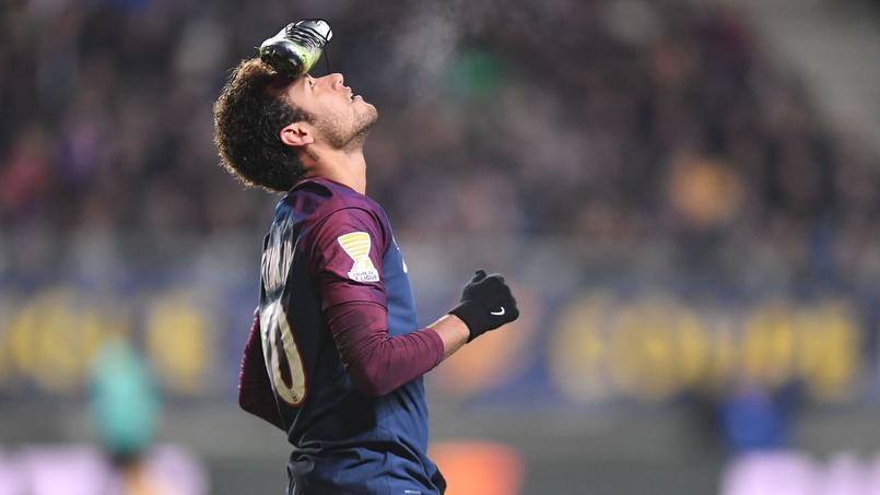 Neymar célébrant son but sur pénalty à Amiens.