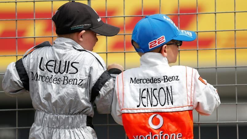 Deux jeunes garçons regardant un Grand Prix.