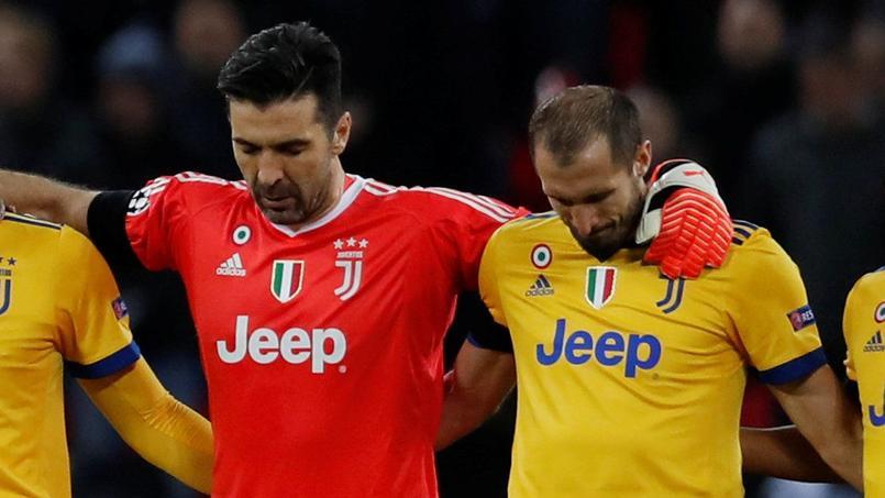 Giorgio Chiellini au côté de Gianluigi Buffon pendant la minute de silence.