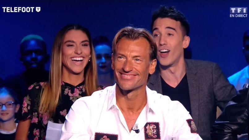 Candide Renaud sur le plateau de l'émission de l'émission Téléfoot, derrière son père.