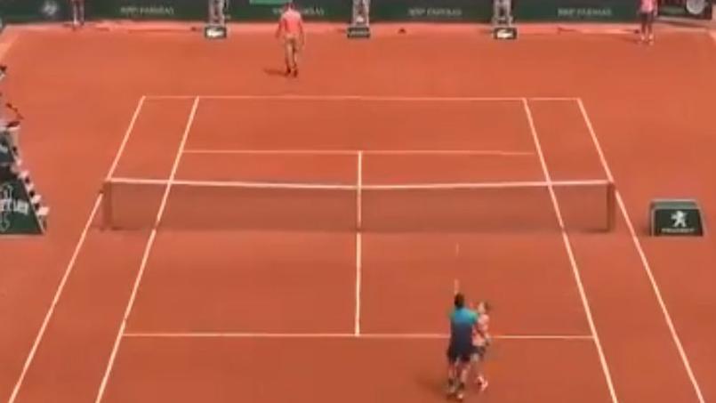 Quand Dzumhur et un ramasseur de balles se percutent — Roland-Garros