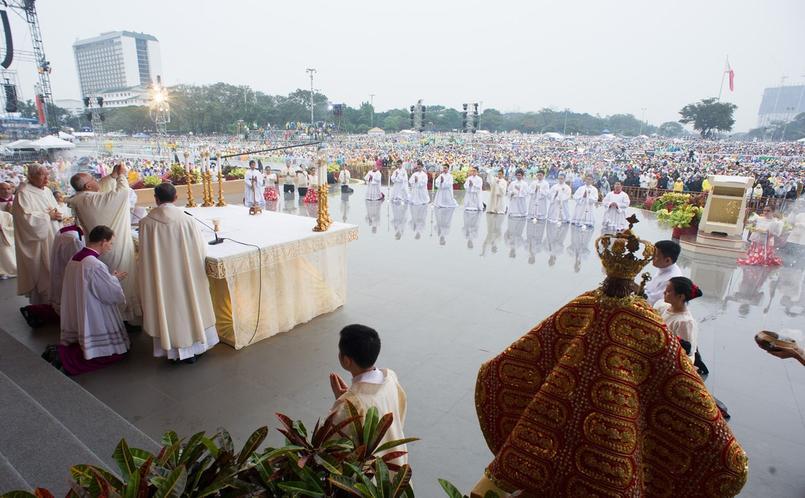 Le pape François a célébré à Manille, sous la pluie et devant des millions de personnes, une messe clôturant son voyage.