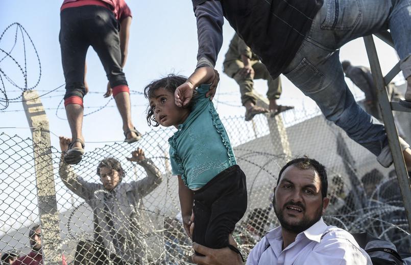 Le photographe de l'AFP Bulent Kilic, basée en Turquie, a obtenu le troisième prix dans la catégorie «Reportages d'actualités chaudes», pour ses images de réfugiés syriens à la frontière turque. Cette photo prise le 14 juin 2015 montre une enfant syrienne qu'on fait passer sur le territoire turc illégalement.