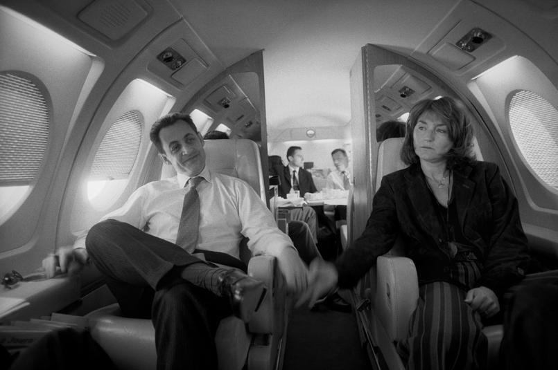 En 2003, Raymond Depardon photographie les mains qui se cherchent entre Nicolas et Cécilia Sarkozy. Lui si rempli de bonheur, elle si rêveuse, presque triste. La vie privée a conquis tous ses droits.