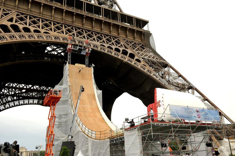 Taïg Khris dévalant du premier étage de la tour Eiffel, en 2005.
