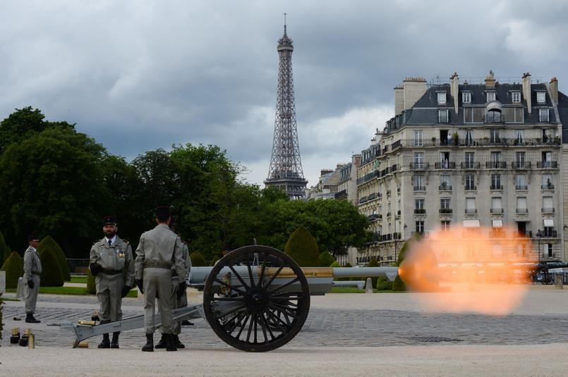 Coups de feu à blanc en l'honneur du nouveau président de la République.
