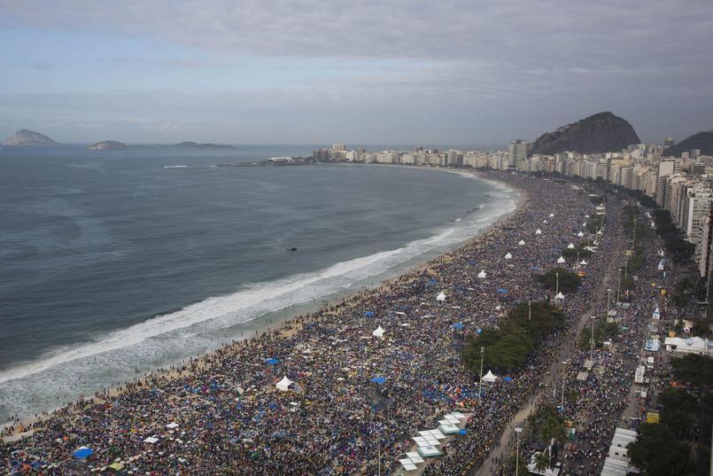 Le pape François a célébré la messe finale des JMJ de Rio de Janeiro devant une foule immense de plus de trois millions de fidèles, massés sur la plage de Copacabana.