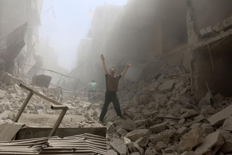 À Alep, le 28 avril, un homme gesticule dans les ruines du quartier rebelle Al-Kalasa, détruit par un raid aérien.