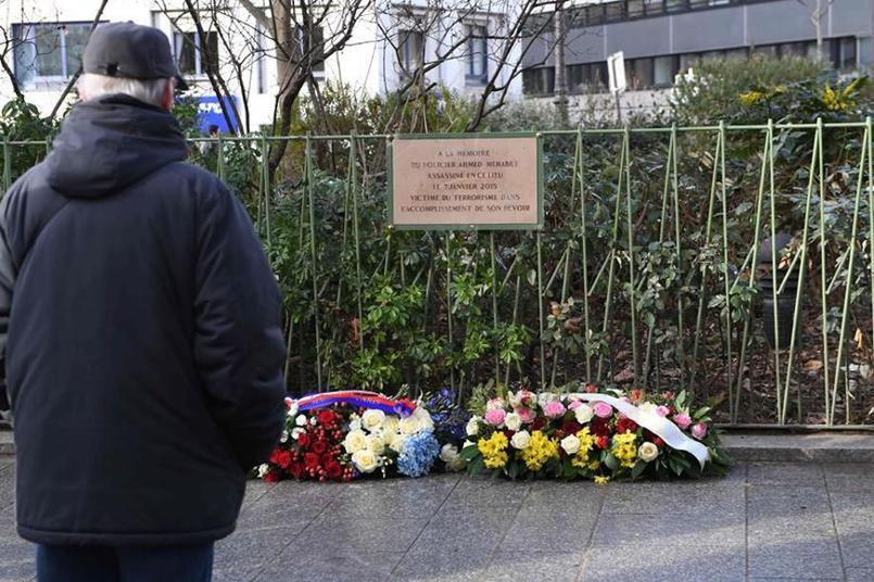 Les proches des victimes et des passants sont venus rendre un hommage aux victimes des attentats de janvier.