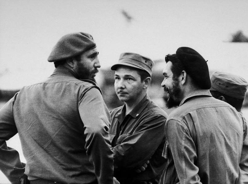 Fidel Castro, son frere Raul et Ernesto Che Guevara en 1959 a La Havane.