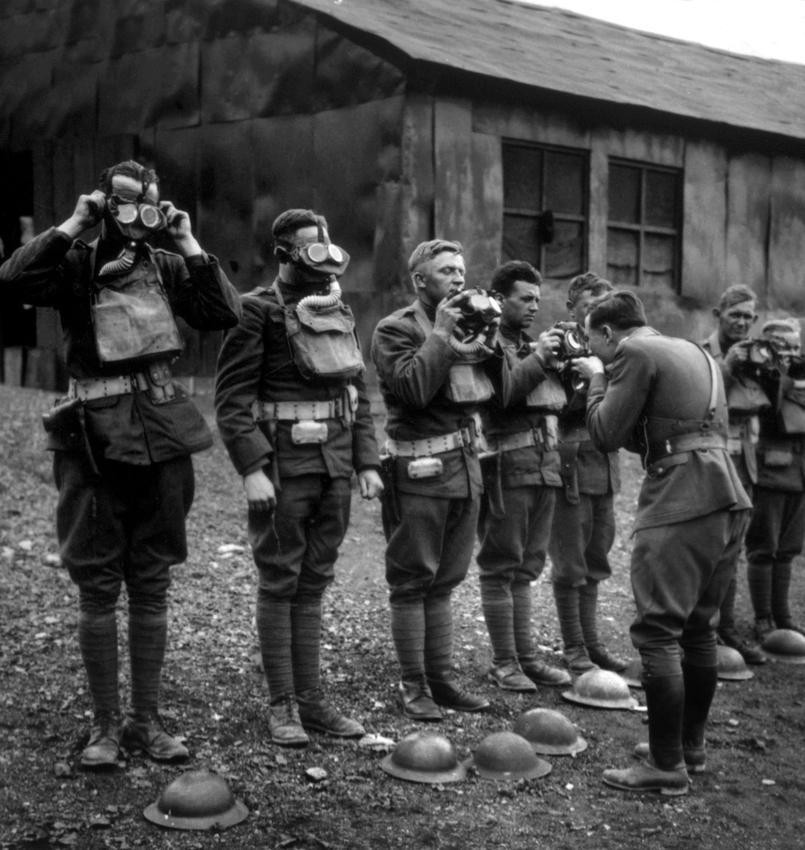 Soldats américains apprenant l'usage du masque a gaz, 1917.