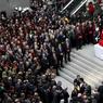 Les obsèques du procureur Kiraz, mort lors de la prise d'otage dont il a été victime, ont rassemblé plusieurs centaines de personnes au palais de Justice d'Istanbul, le 1er avril.