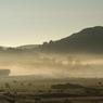 L'Aubrac est un dépaysement absolu et semble n'appartenir à personne. C'est un lieu magique qui berce notre imagination, comme ici, avec ce paysage brumeux des collines de Marchastel.