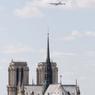 Le vol s'effectue à environ 1100 pieds (un peu plus de 320 mètres), les avions donnant l'impression de frôler les monuments parisiens comme la cathédrale Notre-Dame-de-Paris.