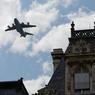 Victime d'un crash à Séville le 9 mai dernier, faisant quatre morts et deux blessés, l'A400M, qui survole ici l'Hôtel de Ville de Paris, fera lui aussi partie du défilé aérien.