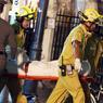 Les sauveteurs évacuent les victimes du sanctuaire d'Erawan vers les hôpitaux.