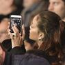Présente pour la Fashion Week à Paris, la chanteuse Rihanna a fait un détour pour voir le match et s'offrir une séance de selfie dans les travées du Parc des Princes.