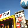 Cette année Berlin fête le 25e anniversaire de la réunification allemande. Aujourd'hui, le «checkpoint Charlie» n'est plus qu'un symbole chargé d'émotion, coincé entre quelques boutiques de souvenirs.